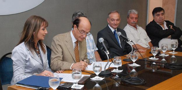 El ministro Oscar González firmó el acuerdo salarial con los gremios