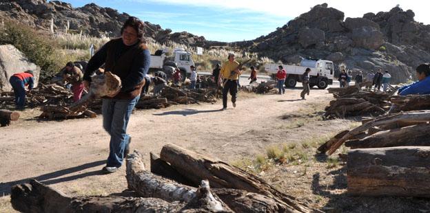 Familias de Pampa de Achala reciben la leña llevada por la Provincia