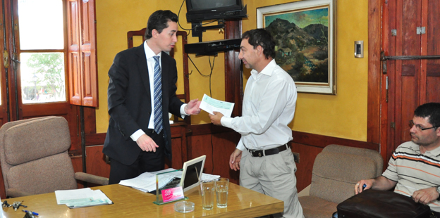 Calvo entregó fondos para obras hídricas en Sierras Chicas