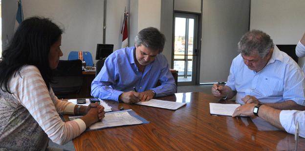 Grahovac y Farías firmaron ayer un convenio para que alumnos utilicen natatorio de Villa Allende