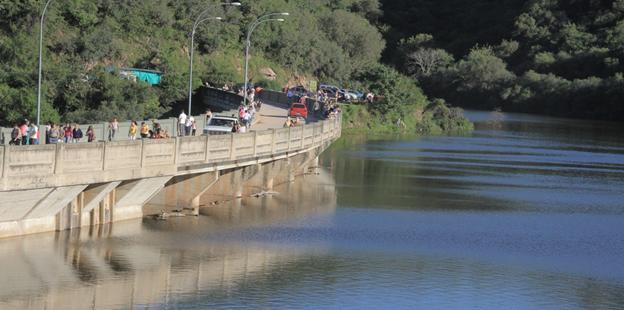 Gente en el dique La Quebrada