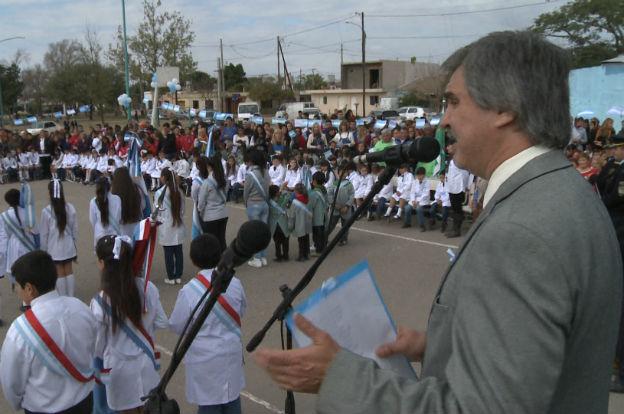 Grahovac tomó promesa de fidelidad a la bandera a alumnos de cuarto grado de la escuela primaria de Coronel Olmedo.