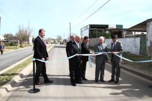 El gobernador José Manuel de la Sota inauguró 30 flamantes cuadras asfaltadas lo que significó una inversión provincial de tres millones de pesos.