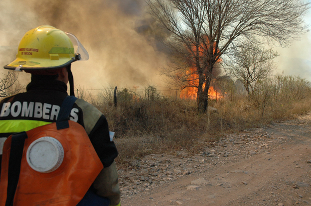 Bomberos siguen combatiendo las llamas detrás de Molinari