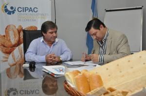 Juan Grosso y Luis Rodríguez suscriben el Convenio.