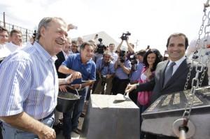 El gobernador Juan Schiaretti y el gerente de Bimbo Argentina Sebastián Reynoso en el acto de colocación de la piedra basal de la planta que la empresa alimenticia levantará en Malvinas Argentinas