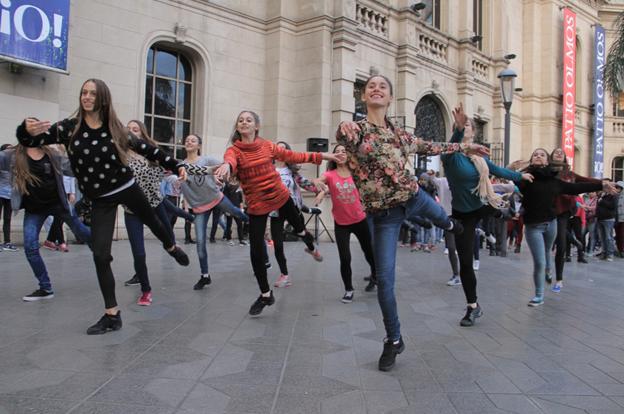 Los jóvenes bailarines celebraron el Día de la Danza con un flasmob