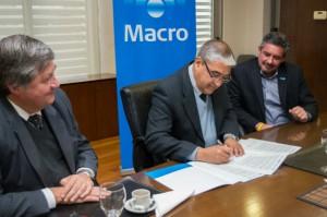 Gómez, director general de Educación Secundaria, firma el acuerdo junto al gerente Eduardo Celani.