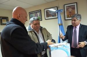 Martillo Roldán le donó a la Provincia un par de guantes históricos_9313