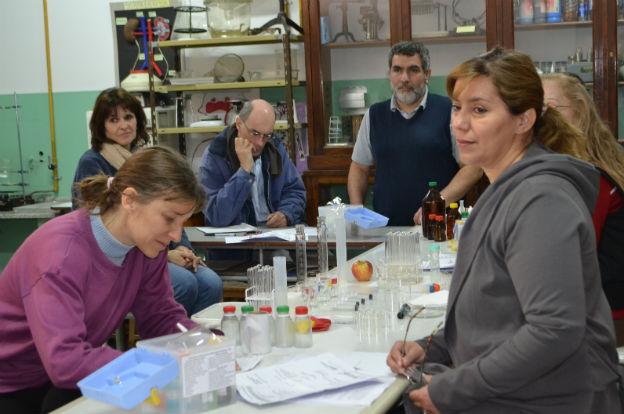 Presentaron el kit educativo de química durante una jornada de actualización