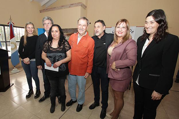 Vida Digna: Schiaretti entregó asistencias económicas en Punilla
