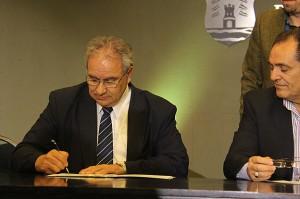 Los representantes de los ministerios de Educación, el de Agua, Ambiente y Servicios Públicos, y ERSEP firmaron hoy el acuerdo.