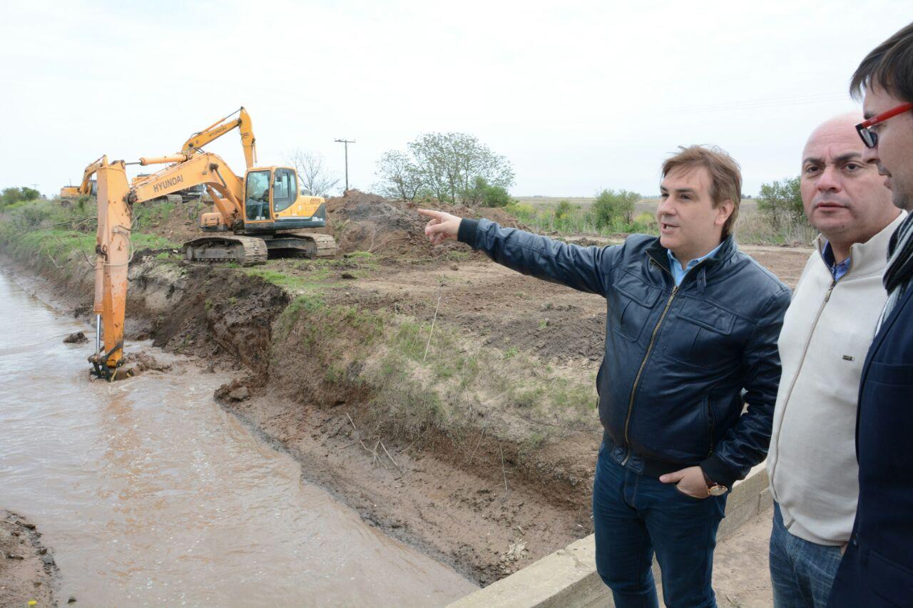 Llaryora supervisó el avance de obras de canalización en San Justo