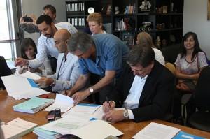 Uno por uno,  los intendentes firmaron el acuerdo para implementar el Plan Aurora en sus localidades.