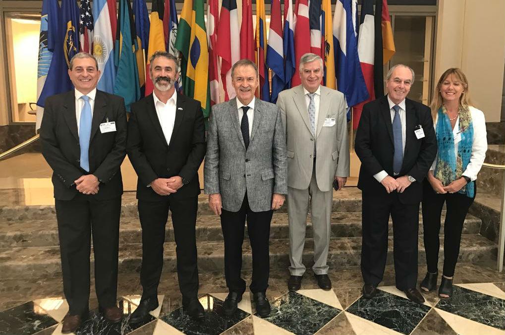 El gobernador Schiaretti con autoridades del BID y funcionarios provinciales.