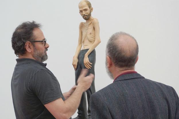 Martín Di Girolamo con una de sus esculturas que integran StageDiving