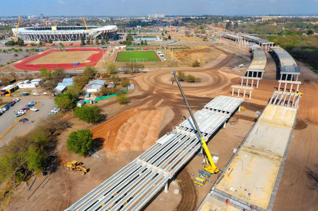 Construcción de un viaducto de 1.800 metros de longitud con 500 pilotes que tendrá altura variable con ramas de entrada y salida del Estadio Kempes