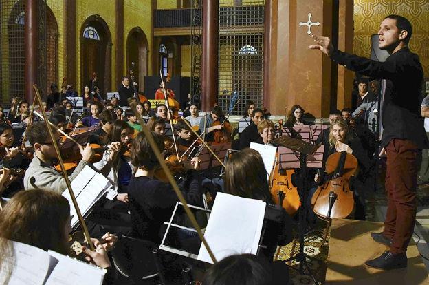 El vientista y director musical Mauro Ciavattini dirigió la gran orquesta (1)