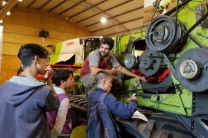 Docentes y alumnos se capacitan en la empresa de maquinaria agrícola ClAAS