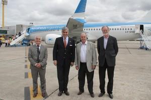 Mario Dell´Acqua, presidente de Aerolíneas Argentinas junto a Ricardo Sosa frente al 737 MAX 8