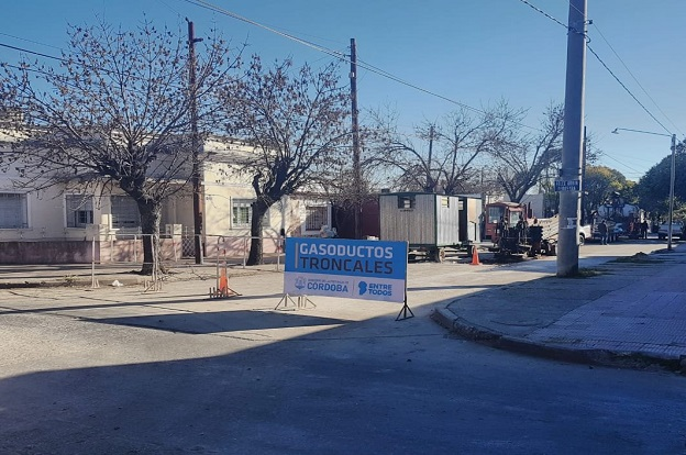 Continúa la obra de gas sobre las avenidas Santa Ana y Los Plátanos