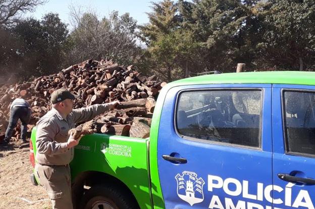 Policía Ambiental realizó una travesía solidaria para donar leña