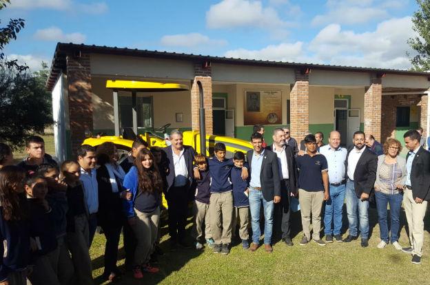 Agricultura entregó tres tractores  a escuelas agrotécnicas